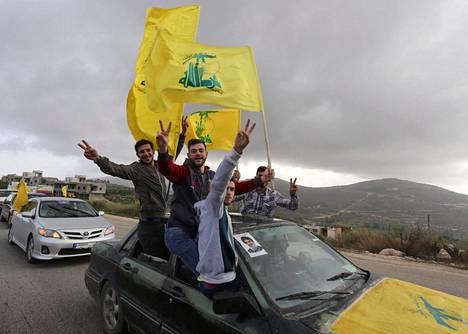 Hizbollahin johtajan Hassan Nasrallahin kannattajat ajelivat maanantaina Libanonin Marjayonissa.