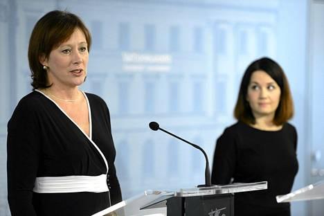 Kehitysministeri Sirpa Paatero (vas.) ja ympäristöministeri Sanni Grahn-Laasonen.