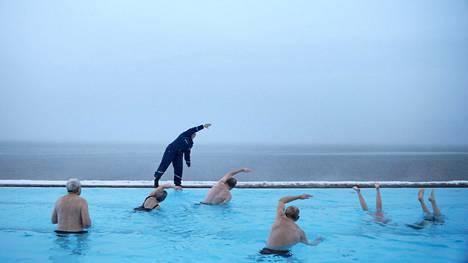 Vesijumppa pakkasessa kuuluu islantilaiseen mielenmaisemaan.