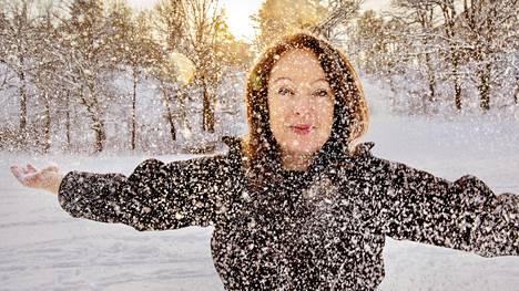 Sähköyhtiö Vattenfallin toimitusjohtaja Anna Borg nautti lumisateesta Tukholman naapurissa Solnassa, jossa yhtiön pääkonttori sijaitsee.