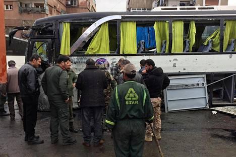 Syyrian armeijan sotilaat tarkastelivat lauantaisen itsemurhapommi-iskun tuhoja Damaskoksessa.