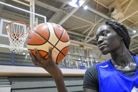 Naisten koripallomaajoukkueen pelaaja Awak Kuier poseerasi maajoukkueen harjoituksissa Helsingissä 5. kesäkuuta 2020.
