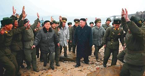 Sotilaat tervehtivät Kim Jong-unia tämän vieraillessa Jangjaen saarella maaliskuussa lähellä Etelä-Korean rajaa. Kuvat ovat pohjoiskorealaisen uutistoimisto KCNA:n välittämä.