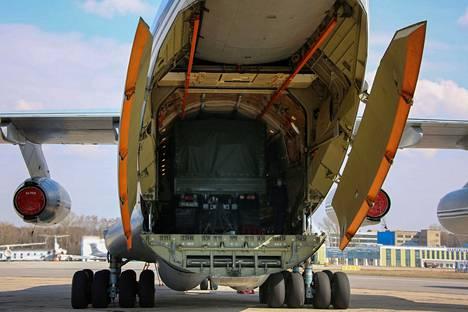 Serbiaan lähtevää avustuslentokonetta lastattiin Moskovan lähistöllä 3. huhtikuuta.