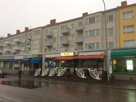 Lemon-baari sijaitsee Kauppalantie 22:ssa Etelä-Haagassa. Sen yläpuolella on asuntoja.