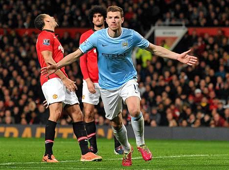 Näin Edin Dzeko tulletti maaliaan viime maaliskuussa Manchester Unitedia vastaan.