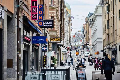 Tukholman keskustan ostoskatu Drottninggatan ei ole täysin tyhjentynyt. Näkymä keskiviikkona iltapäivällä.