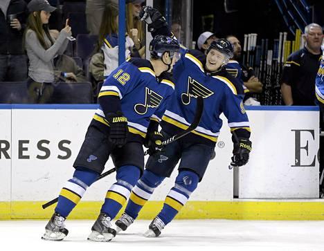 St. Louis Bluesin Jori Lehterä (vas.) on ollut viime peleissä hyvässä vireessä NHL:ssä. Kuva on viime viikonlopulta, jolloin Vladimir Tarasenko onnitteli suomalaispelaajaa maalista.