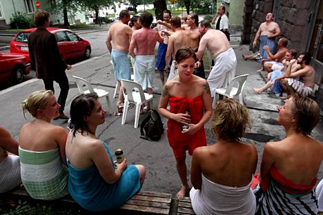 Suvi Koskenmaa, Riikka Mäkinen, Sanna Nikula, Mila Nirhamo and Suvi Oja-Heiniemi celebrating bachelorette parties at Kotiharju sauna in summer 2008.