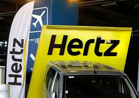 Autonvuokrausyhtiö Hertzin mainoskylttejä Pariisin Charles de Gaullen lentoasemalla.