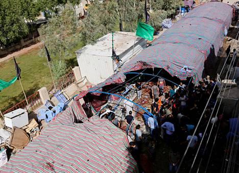 Itsemurhapommittaja räjäytti itsensä vilkkaille markkinoille pystytetyssä suuressa teltassa Bagdadissa lauantaina.
