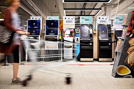Veikkauksen pelikoneita Eastonin Citymarketin sisäänkäynnillä. Veikkaus avasi kauppoihin hajasijoitettuja pelejään koronavirusrajoitusten jäljiltä heinäkuussa 2020.