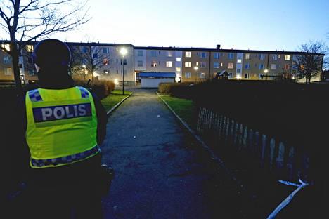 Poliisi räjähdyksen tapahtumapaikalla Hagebyn kaupunginosassa Norrköpingissä keskiviikkona.