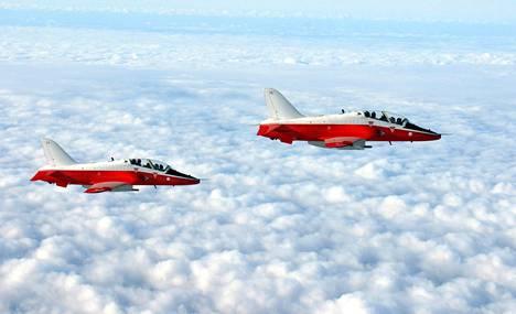 Suomen Sveitsistä ostamiin Hawk-suihkukoneisiin jätettiin alkuperäinen sveitsiläinen punavalkoinen maalaus. Koneilla on tarkoitus lentää 2030-luvun alkuun saakka.