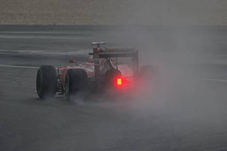 Ferrarin Kimi Räikkönen kaarteessa Malesian GP:n aika-ajoissa lauantaina.