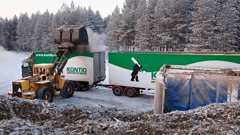 Haketta on suuressa aumassa kuin rahaa Roope Ankan rahasäiliössä. Pudasjärven välivarastosta haketta rahdataan päivittäin Oulun Toppilan voimalaitokseen, joka on yksi suurimmista hakkeenpolttajista. Haketta lastaa Kari Korva.