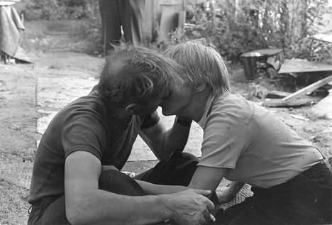 Valokuvaaja ikuisti lemmenhetken Mankkaan suon alkoholistien kylässä.