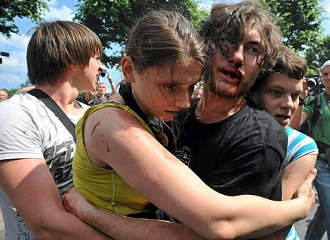 Seksuaalivähemmistöjen oikeuksia puolustavat ja vastustavat ottivat yhteen Pietarissa lauantaina.