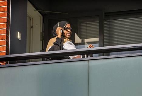 Etätöissä olevan Pasilan asukastalon yhteisökoordinaattorin Khadijo Warsamen päivät kuluvat pitkälti puhelimessa puhuen.