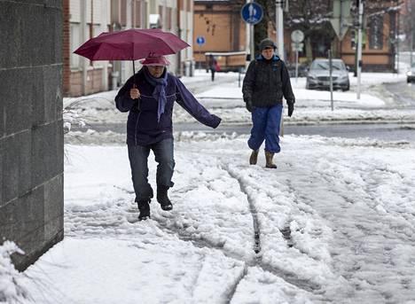 Kuopiossa satoi lunta ja räntää keskiviikkoaamuna.