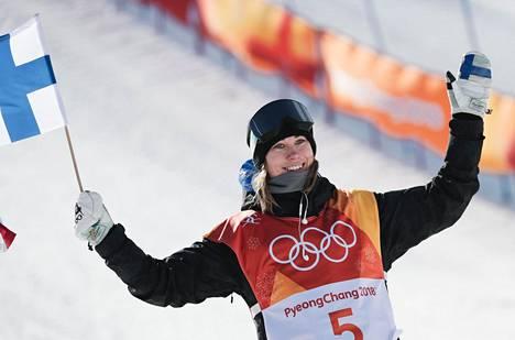 Enni Rukajärvi juhli Pyeongchangin olympialaisissa slopestylen pronssia viime vuonna.