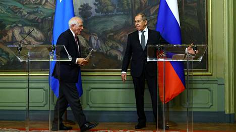 EU:n korkea edustaja Josep Borrell ja Venäjän ulkoministeri Sergei LAvrov tiedotustilaisuudessa Moskovassa perjantaina.