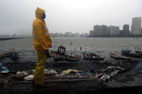 Poliisi partioi Arabianmeren rannalla Mumbaissa keskiviikkona hirmumyrskyn lähestyessä kaupunkia.
