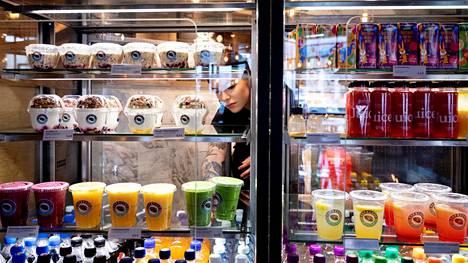 Barista Henriikka Leppänen täytti vitriiniä Makkaratalon Espresso Housessa maaliskuussa 2020.