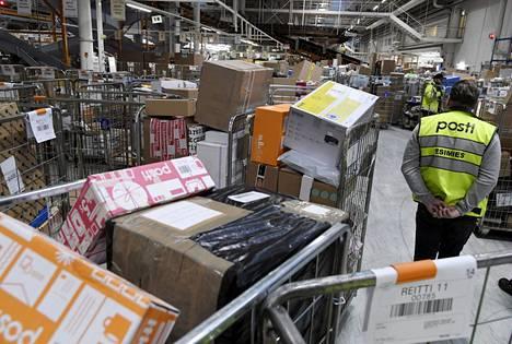 Postipaketteja käsittelyssä Postin logistiikkakeskuksessa Vantaalla joulukuussa 2019.