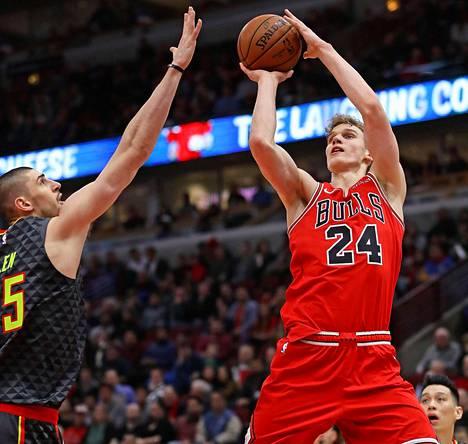 Lauri Markkanen heittää Atlanta Hawksin Alex Lenin edestä keskiviikkona Bullsin kotiareenalla.
