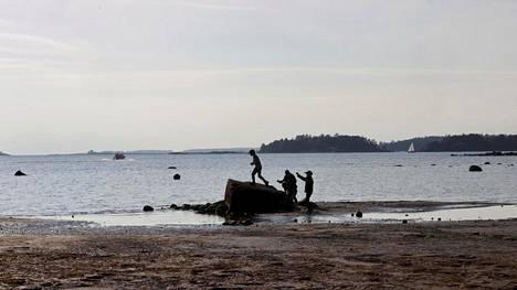 Helsingin Lauttasaaren uimarannalla nautittiin lämpimistä keleistä vielä lokakuussa.