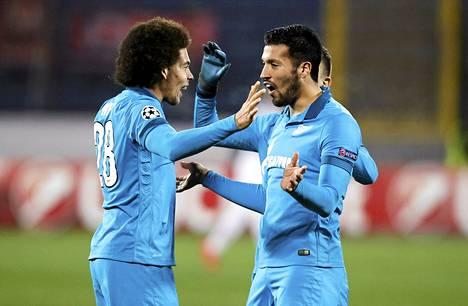 Zenitin Axel Witsel (L) ja Ezequiel Garay juhlivat tärkeää voittoa Mestarien liigassa.