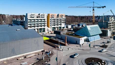 Urheilupuiston metroaseman ympäristöön rakennetaan vilkkaasti kerrostaloja. Eteläpuolella rakentamista riittää noin viideksi seuraavaksi vuodeksi. Pohjoispuolella asuntorakentamista ei ole vielä aloitettukaan.