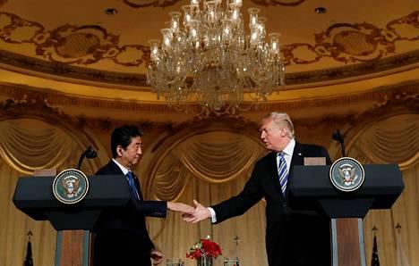 Shinzo Abe ja Donald Trump kättelivät Trumpin Mar-a-Lagon-huvilalla.