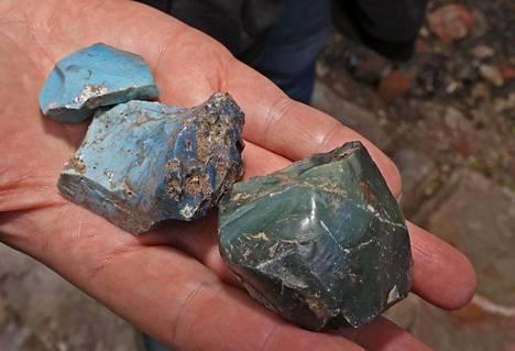 Vantaanjoesta löytyy edelleen raudanvalmistuksen sivutuotteena syntynyttä värikästä kuonaa.