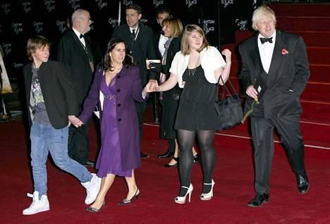 Silloinen Lontoon pormestari Boris Johnson osallistumassa Quantum of Solace -elokuvan ensi-iltaan yhdessä silloisen vaimonsa Marina Wheelerin ja pariskunnan kahden vanhimman lapsen kanssa lokakuussa 2008.