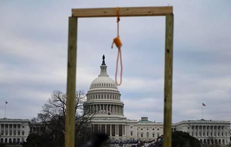 Donald Trumpin kannattajat rakensivat Captiol Hillille hirsipuun kongressin väkivaltaisen valtausyrityksen rekvisiitaksi 6. tammikuuta.
