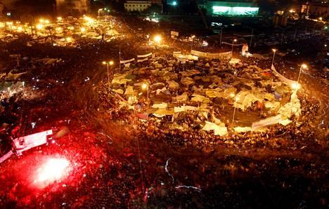 Mielenosoitukset Tahririlla ehtivät jatkua kolme viikkoa ennen kuin Hosni Mubarak suostui luopumaan vallasta. Ihmiset juhlivat Tahririn aukiolla 11. helmikuuta 2011.