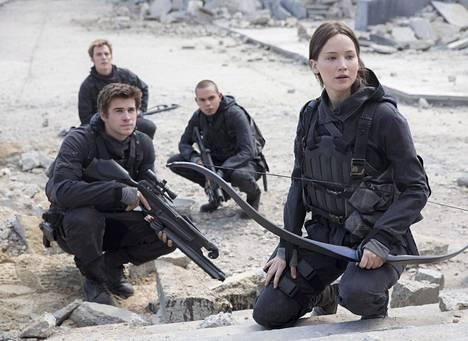 Nälkäpelien päätösosassa Katniss suunnittelee presidentti Snow'n murhaa yhdessä lapsuudenystävänsä Galen (Liam Hemsworth) ja muiden kapinallisten kanssa.