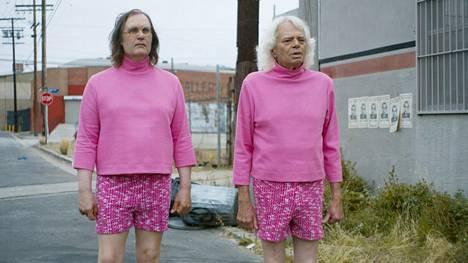 Brayden (Sky Elobar) ja Ronnie (Michael St. Michaels) ällössä uutuuskomediassa The Greasy Strangler.