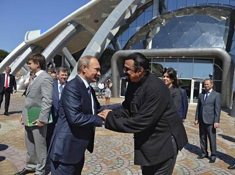 Vladimir Putin tervehtii Steven Seagalia Vladivostokissa syyskuussa 2015.