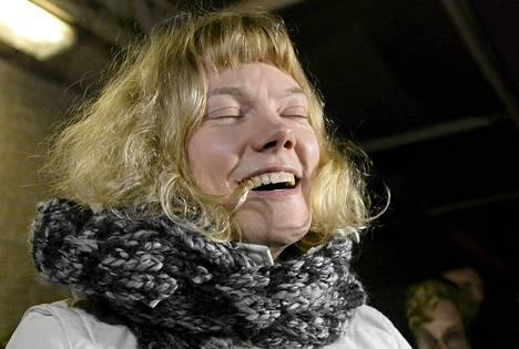 Greenpeace-aktivisti Sini Saarela juhlii päästyään pietarilaisesta vankilasta takuusumman maksamisen jälkeen torstaina Pietarissa.