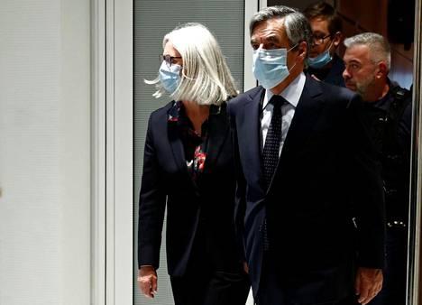 Pénélope ja François Fillon poistuivat oikeussalista Pariisissa maanantaina.