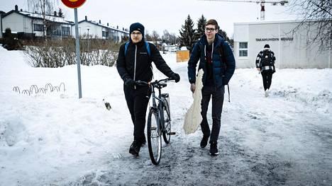 Tampereen Takahuhdin koulun yhdeksäsluokkalaiset Kasperi Syrjärinne (vas.) ja Julius Kotelba lähtivät talviloman viettoon. Molemmat aikoivat perheineen lomailemaan Tampereen ulkopuolelle. Heitä mahdollisuus etäopetukseen siirtymisestä ei vielä perjantaina stressannut, mutta myöhemmin iltapäivällä Pirkanmaan pandemiaohjausryhmä kuitenkin ilmoitti, että etäopetukseen ei siirrytä.