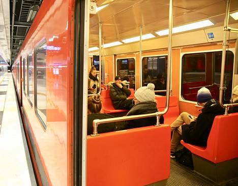 Matkustajat odottelivat metron liikkellelähtöä Koivusaaren asemalla Helsingissä keskiviikkona. Kuva on lukijan ottama.