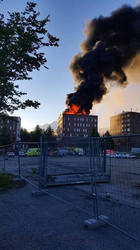Keski-Suomen pelastuslaitoksen päivystävän päällikön Pauli Nurmisen mukaan palo alkoi todennäköisesti ylimmän kerroksen parvekkeelta.
