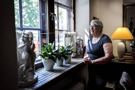 Tarja Myllyrinne on asunut Mannerheimintiellä jo parikymmentä vuotta. Paksujen seinien ja kolminkertaisten ikkunoiden ansiosta liikenteen melu ei tule sisään asuntoon.