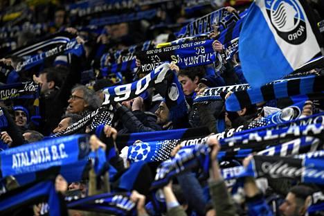 Atalantan kannattajat juhlivat Milanossa San Siron stadionilla 19. helmikuuta 2020.