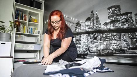 Nina Päivinen on opetellut Konmari-kirjasta tutun pystyviikkauksen, jotta vaatelaatikot pysyisivät paremmassa järjestyksessä ja vaatteet löytyisivät helpommin.