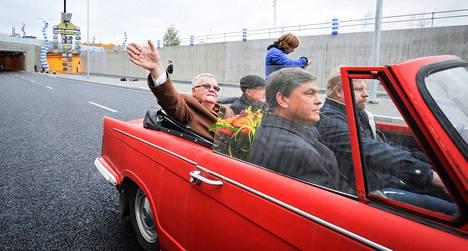 Tallinnan pormestari Edgar Savisaar lähti punaisella juhla-autolla Ülemisten liikenneliittymän avajaisista viime viikon torstaina.